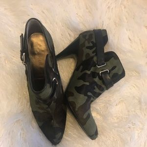 Nine West camo ankle booties size 9.5